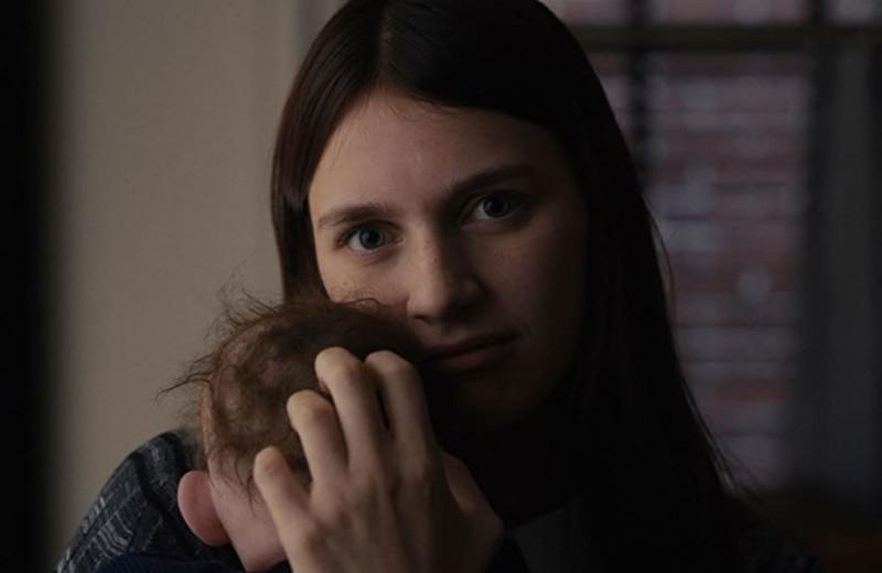 «Дом с прислугой»: то ли триллер, то ли черная комедия о кукле, которая превращается в младенца