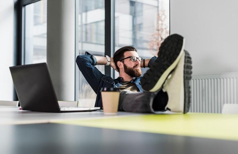 Хвастуны против подхалимов: как преуспеть в работе и не устать
