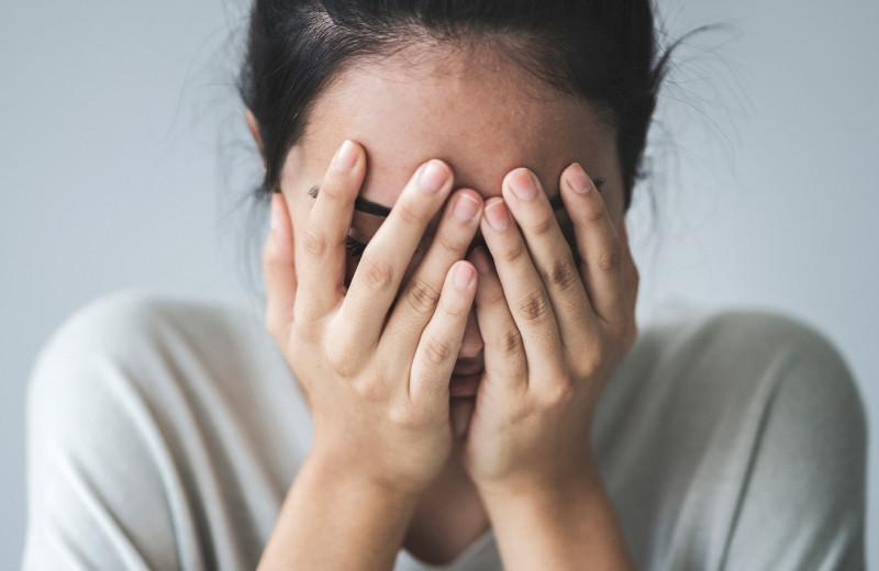 Дергается глаз, чешутся руки — о чем это говорит и что делать?