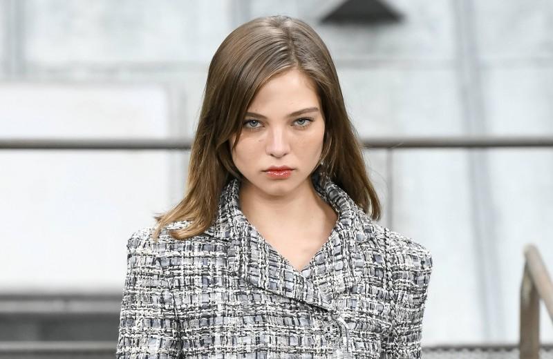 «Никто не знал, кто мой папа»: Алеся Кафельникова о том, как стала одной из главных российских моделей, России и отце