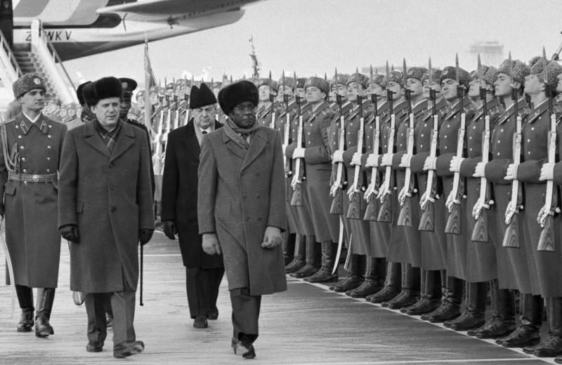Человек, который прошел путь от иконы освобождения до диктатора. История Роберта Мугабе