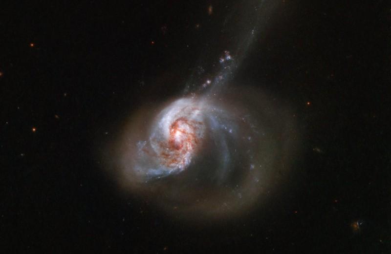 Что получится, если две галактики сольются в одну? Один из ярчайших объектов во Вселенной!
