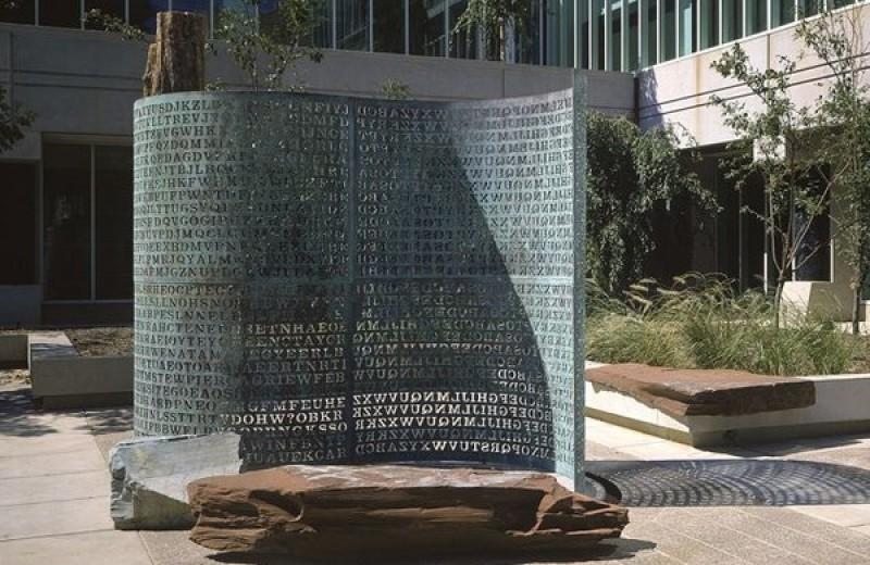 Загадочная скульптура во дворе ЦРУ, текст на которой не могут расшифровать уже почти 30 лет