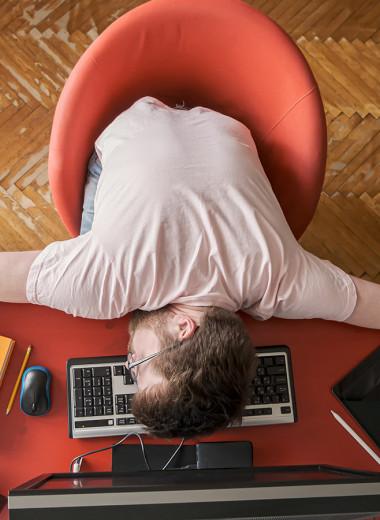 Ученые назвали 5 причин, по которым спать на работе полезно