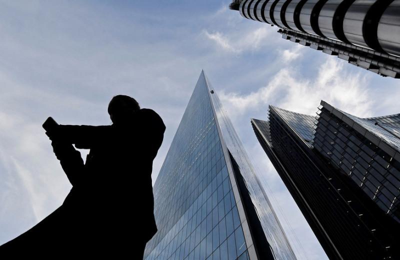 Пределы риска: почему регуляторы ограничивают массовых инвесторов