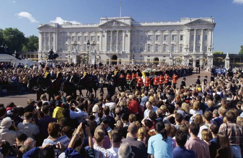Всенародный траур: 9 фотографий с похорон Дианы, Пресли и других знаменитостей