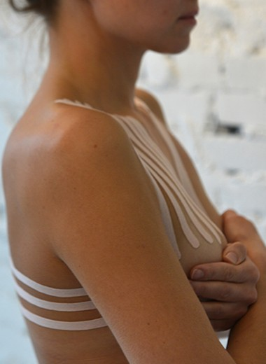 Вместо бюстгальтеров? Что такое тейпы и как их носить – рассказывает эксперт
