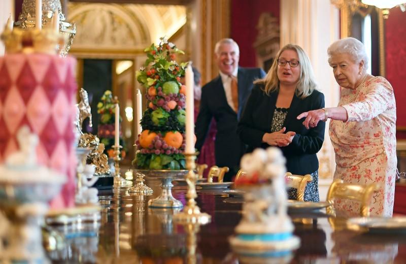 Мизинец не отставлять! Какие правила соблюдает королевская семья за столом