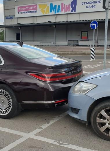 Странное ДТП на парковке: в машину врезалась старая Toyota без водителя