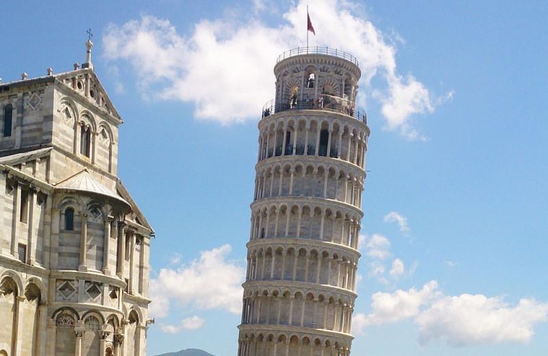 «Падающая» башня больше не падает (и даже выпрямляется)