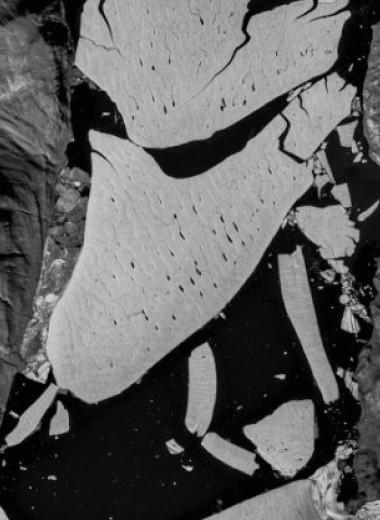 Огромный кусок самого большого ледника Гренландии рухнул в море