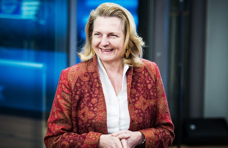 Посланница МИДа. Что известно об австрийском дипломате, чью свадьбу посетит Путин