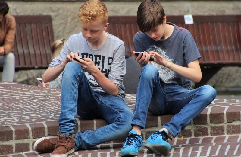 Французских школьников обяжут сдавать мобильные телефоны