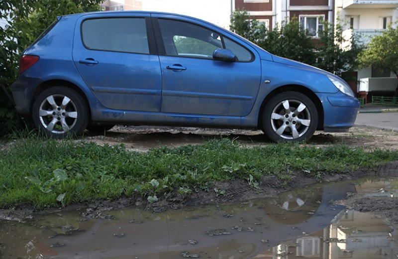 Пачка штрафов: как и кто штрафует за парковку на газоне