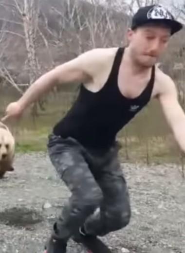 Медведь гонится за туристом: видео