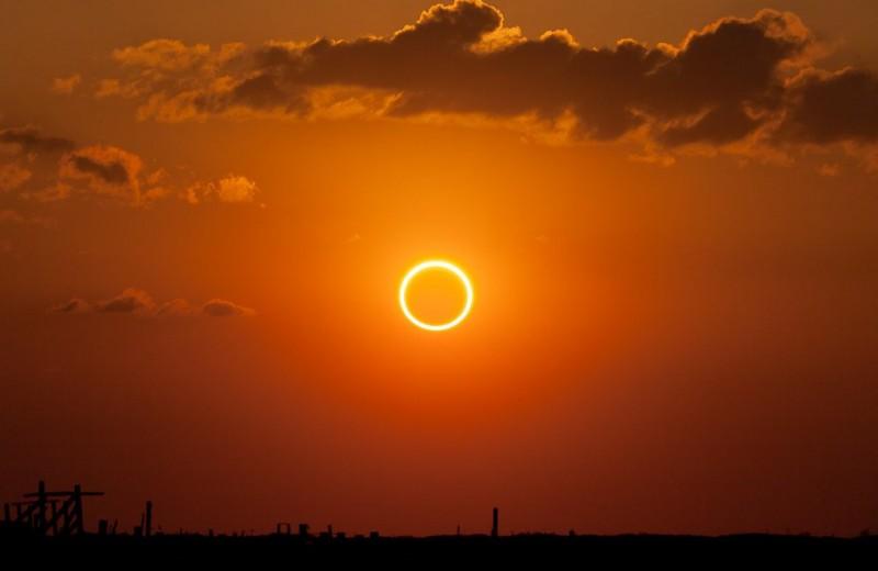 Как выглядело редкое кольцеобразное затмение с Земли и из космоса