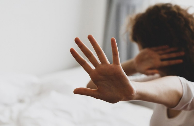 В изоляции растет уровень угрозы домашнего насилия: что делать и куда обращаться за помощью