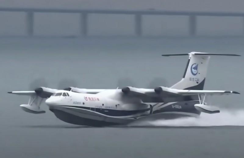 Крупнейший в мире гидросамолет впервые взлетел с поверхности моря: видео