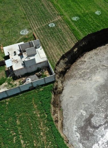 Огромная воронка грозит поглотить мексиканский дом: видео