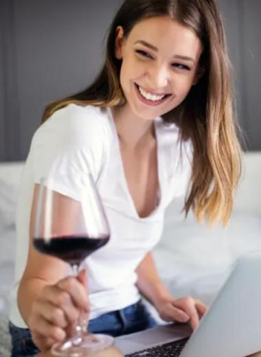 Отбелит зубы, уберет прыщи: 5 причин пить вино каждый день