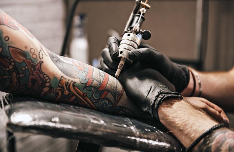Что делать с надоевшей татуировкой и как удалить ее без вреда
