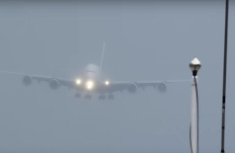 Самый большой в мире авиалайнер садится при боковом ветре: видео