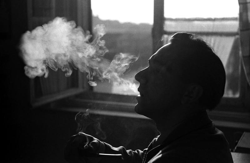 Курение на балконе: одни говорят, запретили, другие опровергают — кому верить?