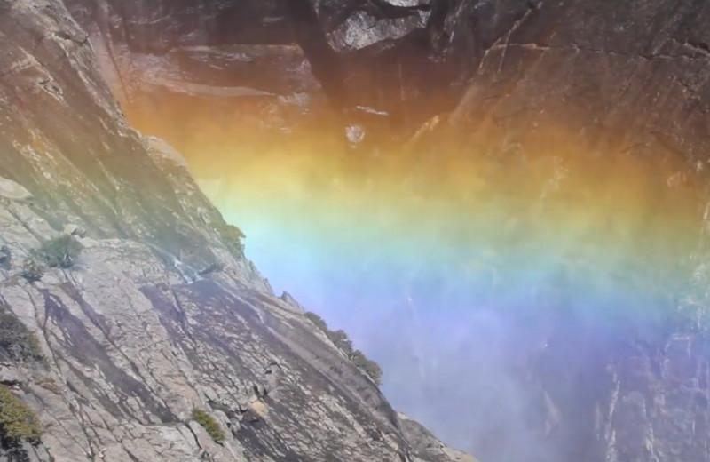 Радуга над водопадом в Йосемитском парке: видео