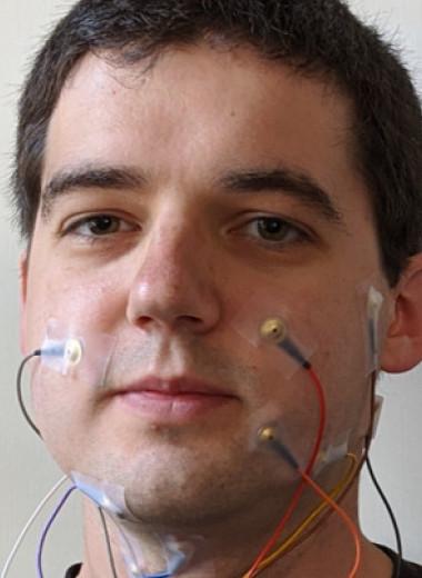 Электроды на лице и шее позволили нейросети озвучить беззвучную речь