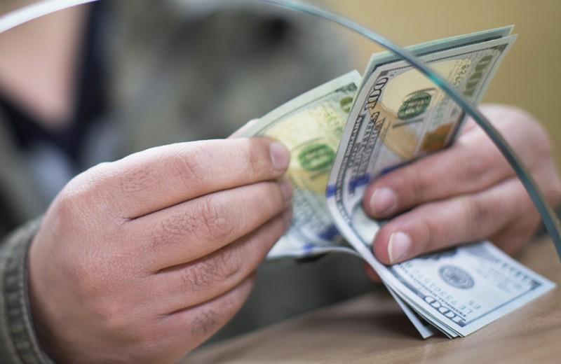 Девальвация и отвага: почему не стоит менять рубли на доллары