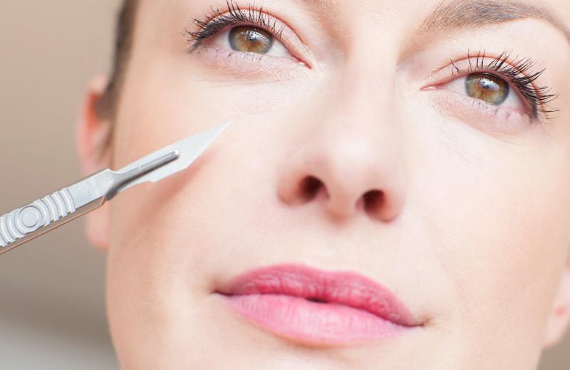 Скальпель vs аппаратные процедуры: что быстрее омолодит и сделает лицо красивым