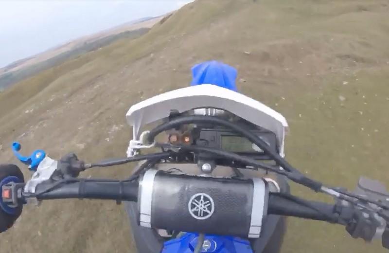 Мотогонщик упал с 15-метровой скалы и выжил: видео