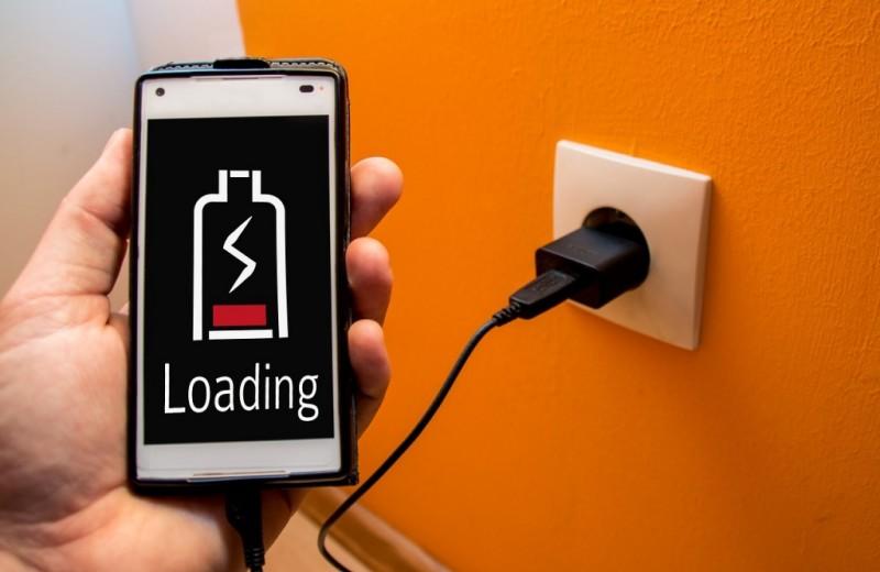 Опасно ли заряжать телефон всю ночь? Опровергаем 5 очень устаревших мифов о батарее