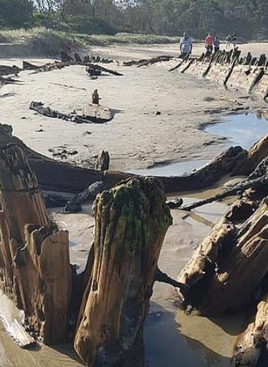 Сильнейший ливень обнажил корабль XIX века, погребённый в песках на побережье Австралии