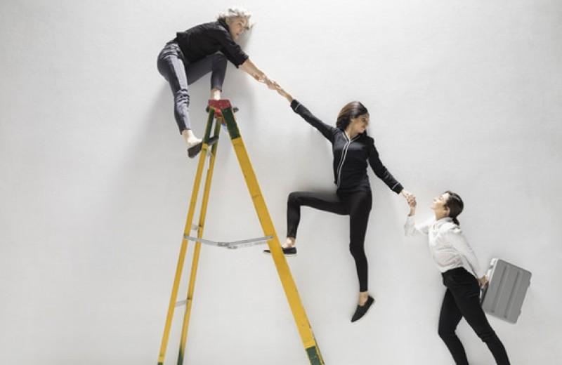 «Сломанная лестница»: гендерные препятствия на первых ступенях карьеры