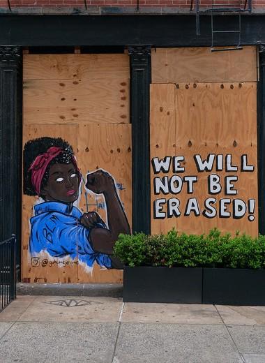 Протестный стрит-арт: заколоченные витрины нью-йоркских магазинов превратились в импровизированную уличную галерею. Фотографии