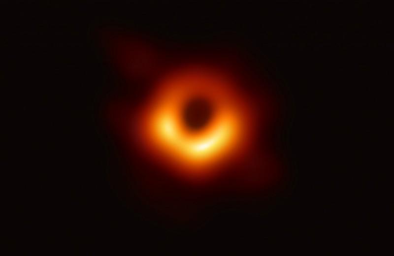 Силуэт черной дыры на фоне ее раскаленного обеда: что на самом деле сфотографировали ученые в космосе (и зачем)