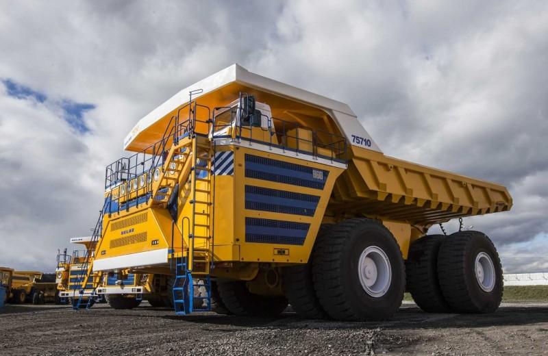 Монстр на колесах: на что способен самый большой в мире грузовик