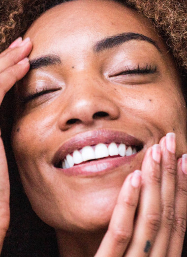 «Фаянсовая улыбка» уже не в моде: кому нельзя отбеливать зубы, в чём суть технологии и при чём тут осветление волос