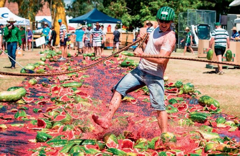 Сырная гонка и арбузные «лыжи»: 9 необычных фестивалей еды