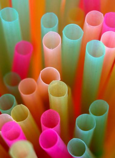 В Англии ввели запрет на пластиковые трубочки и ватные палочки