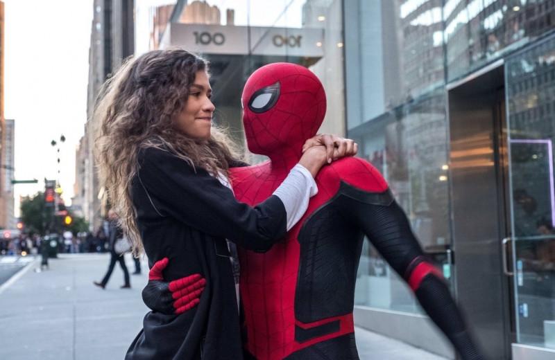С какой силой Эм-Джей должна держаться за Человека-паука во время полета, чтобы не упасть - кино с точки зрения физики