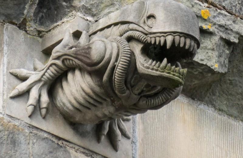 Гаргулья на стене аббатства XII века похожа на «Чужого». Как так вышло?