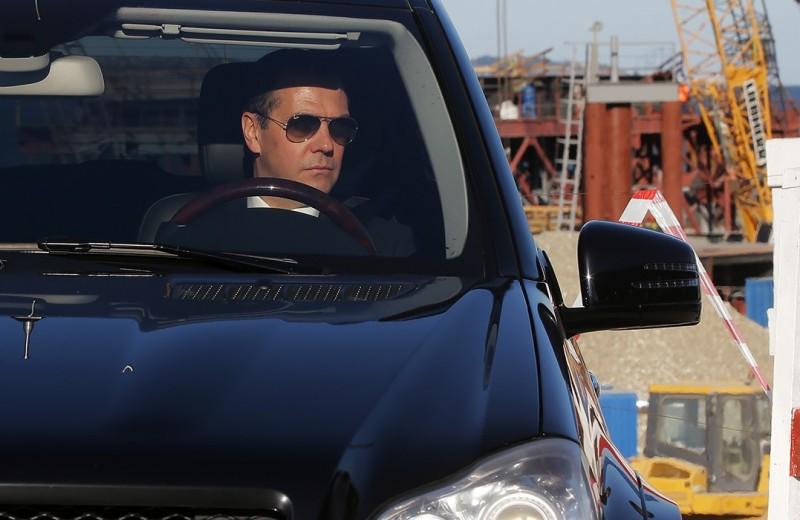«Я иногда езжу по-тихому». Дмитрий Медведев — о ПДД, машинах и дорогах