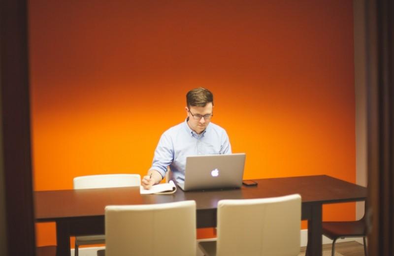 5 тревожных признаков, что ты слишком много жертвуешь собой ради работы