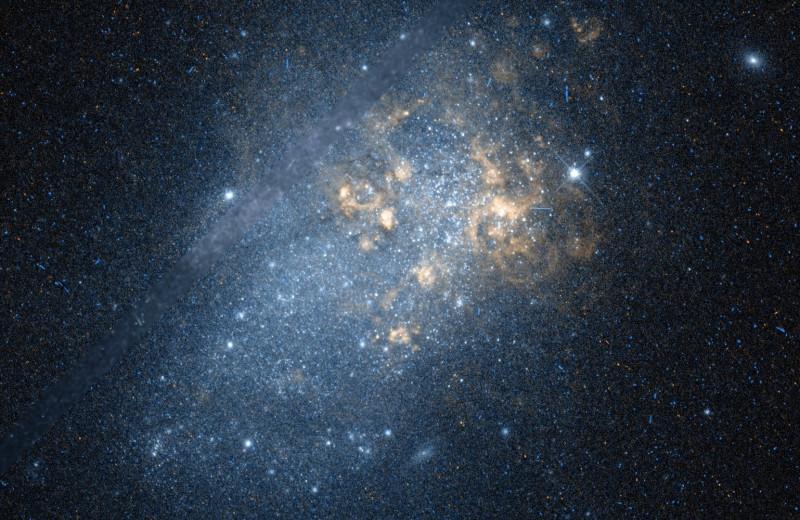 Близкая карликовая галактика оказалась похожа на галактики молодой Вселенной