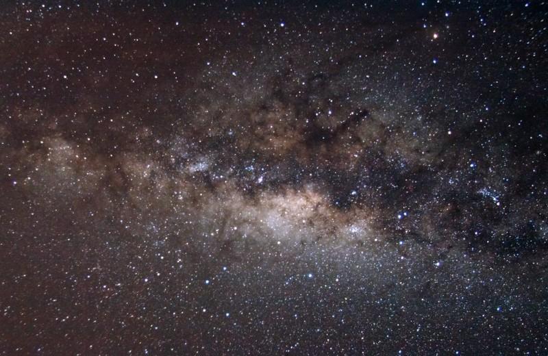 Масса Млечного Пути составляет 1,5 триллиона солнц. 84% из нее – темная материя