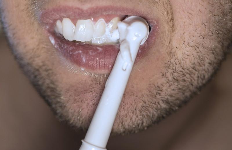 Почему желтеют наши зубы: все не так очевидно
