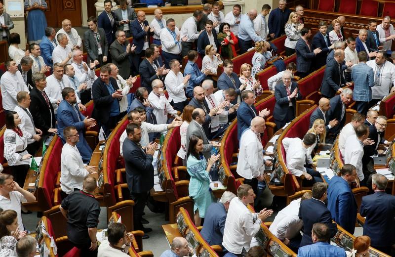 «Это дает возможность разрушить олигархическую систему»: последствия выборов в Раду для украинской экономики