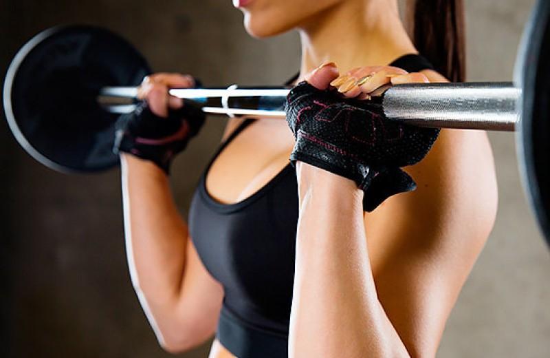 Тренировки с весом: жим штанги сидя и стоя
